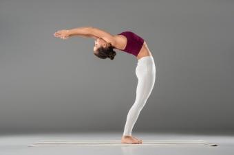 6 упражнений для плоского живота, которые можно делать стоя