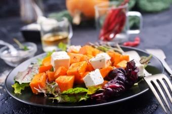 Салат из жареной тыквы с фетой и чесноком