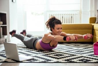 Зарядка в условиях карантина: простые и эффективные упражнения